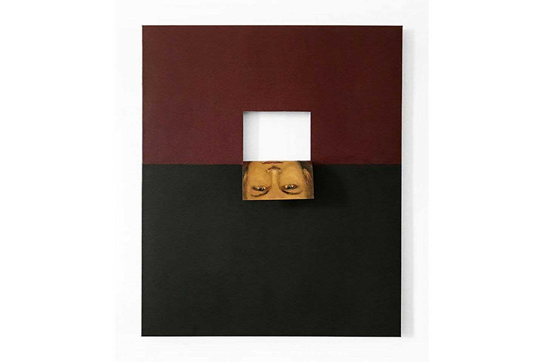 Dipinto con vino e fondo nero con scatola bianca e ritratto maschile invertito realizzato dall'artista Valeska Soares.