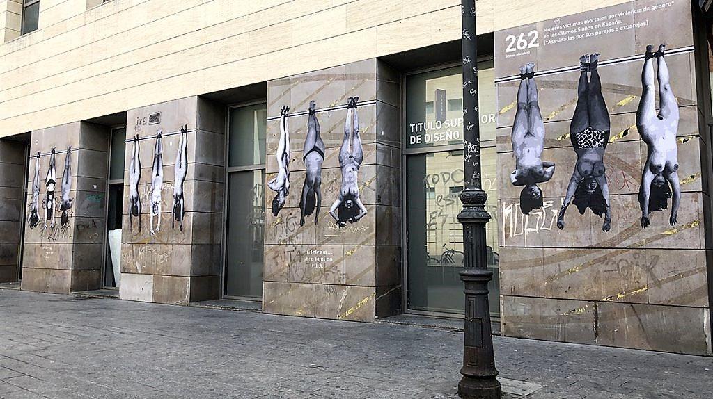दीवारों पर नग्न महिलाओं के शरीर के चित्र के साथ दीवारें।