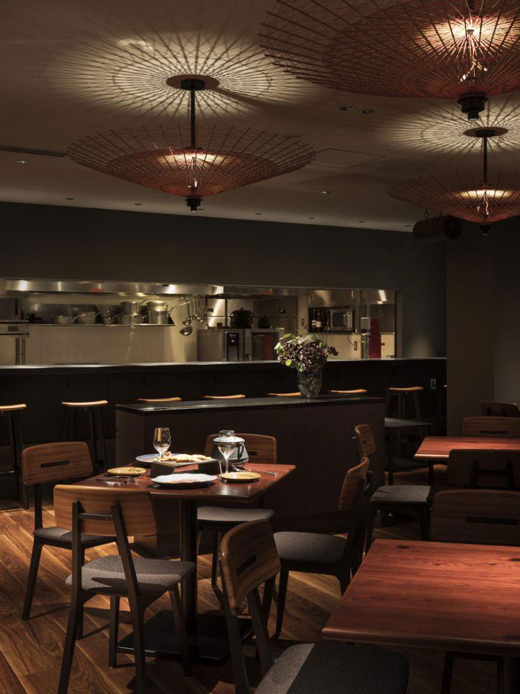 Comedor de restaurante, barra y lámparas.