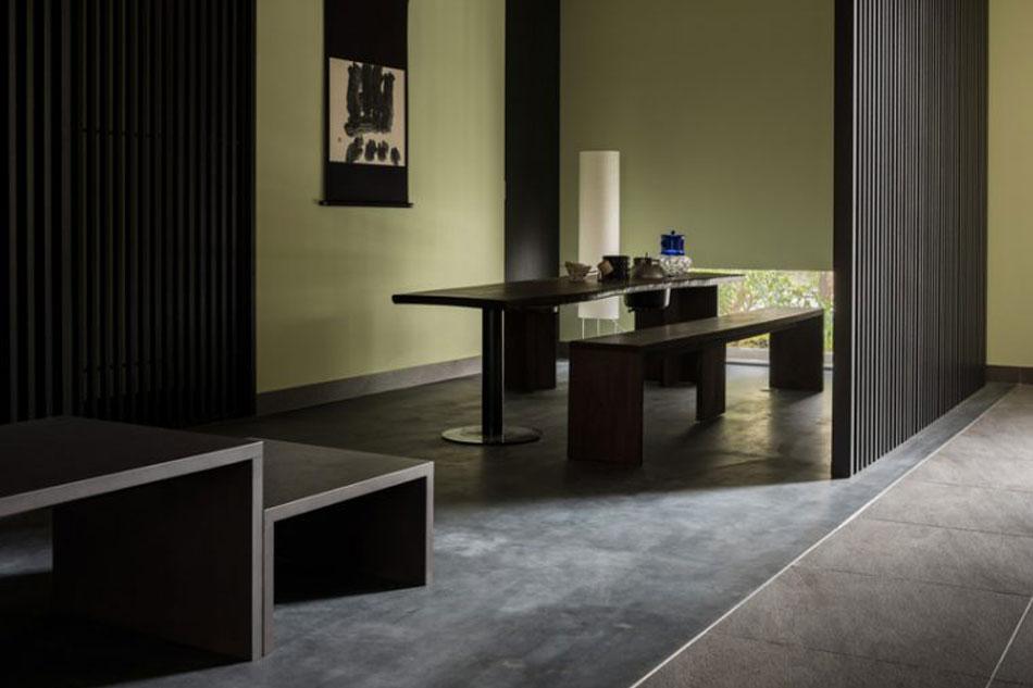 Habitación con mesas de madera.
