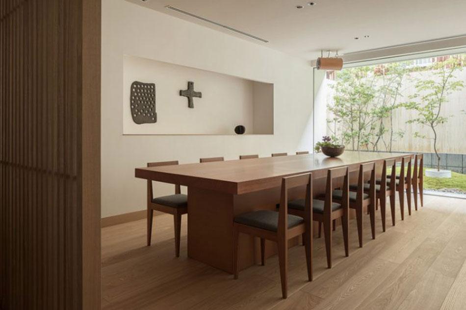 Comedor de madera vertical con doce sillas.