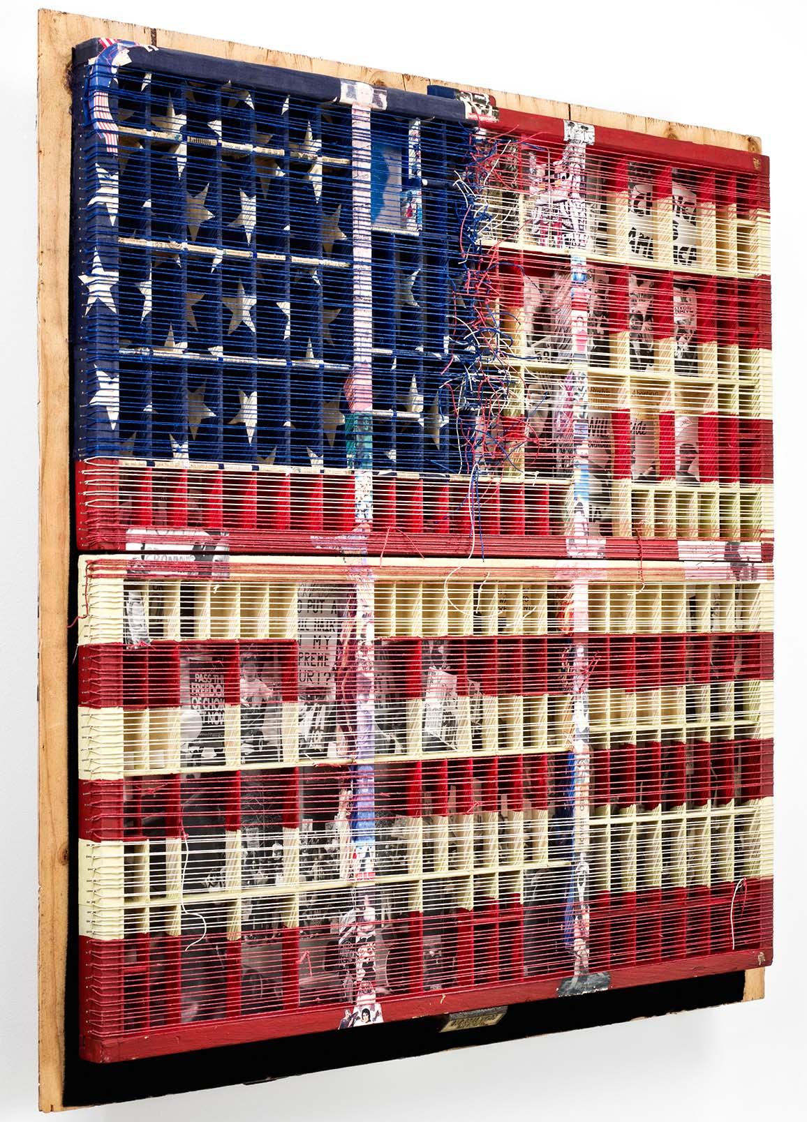 संयुक्त राज्य अमेरिका का ध्वज कलाकार लुसी लियू द्वारा बनाई गई पुनर्नवीनीकरण सामग्री के साथ बनाया गया है