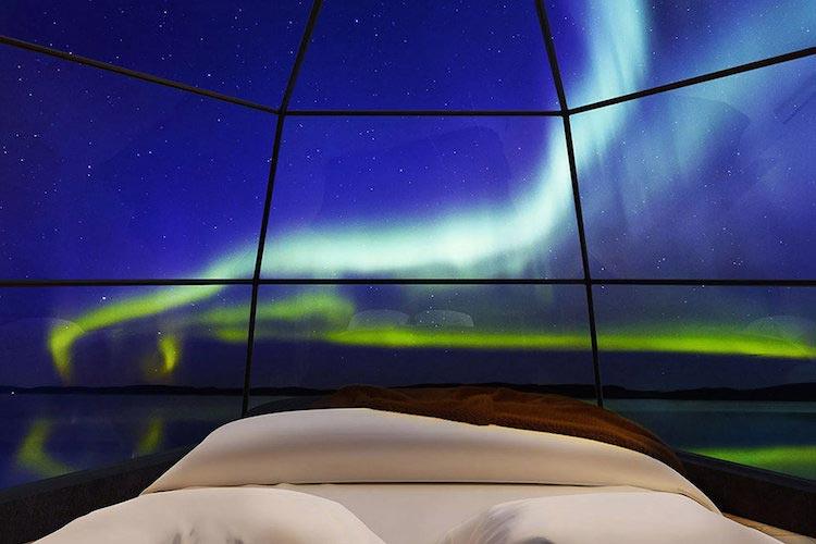 Habitación con fondo de aurora boreal azul.