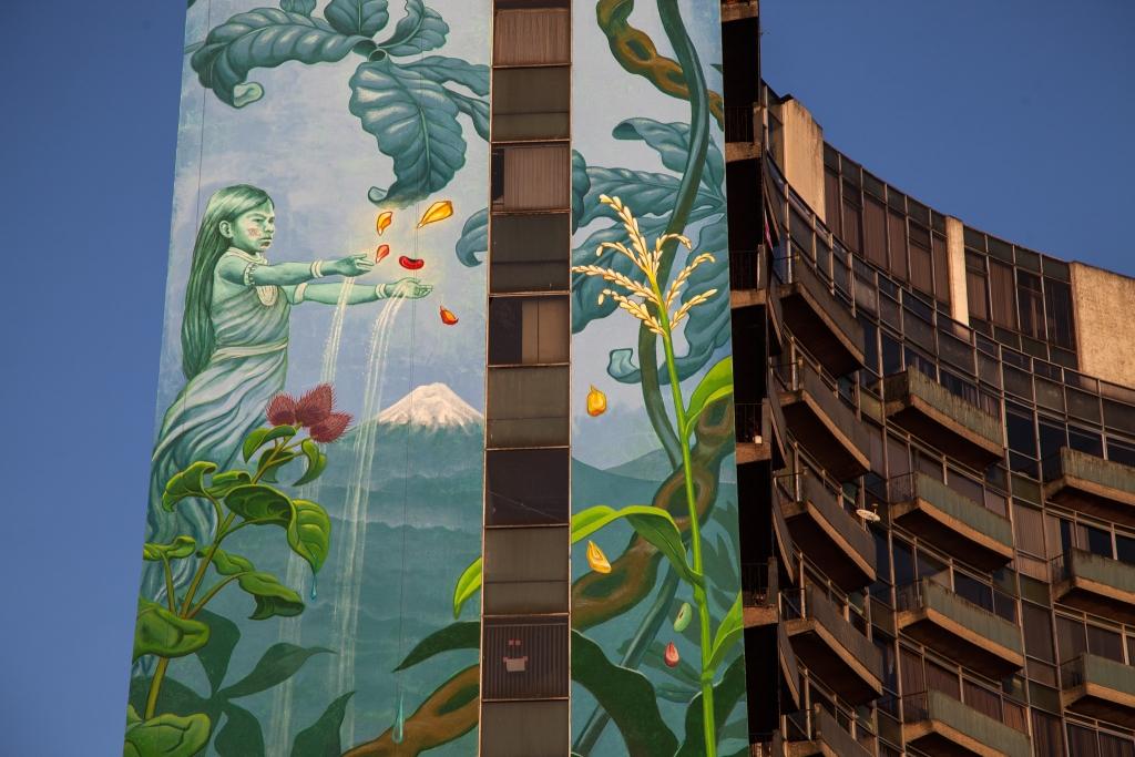 Foto av bygningen med veggmaleri av Mona Caron