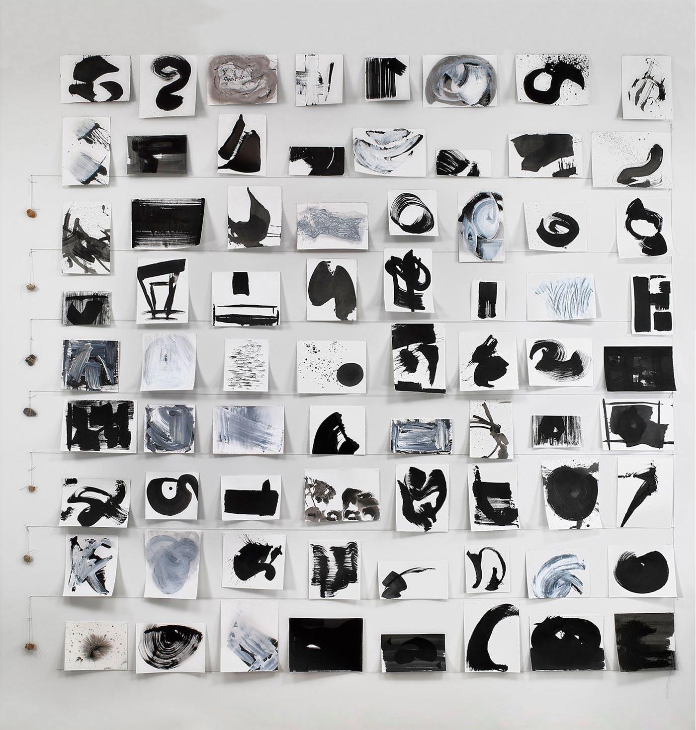 पंक्तियों में रखे गए काले और सफेद कागज के टुकड़े।