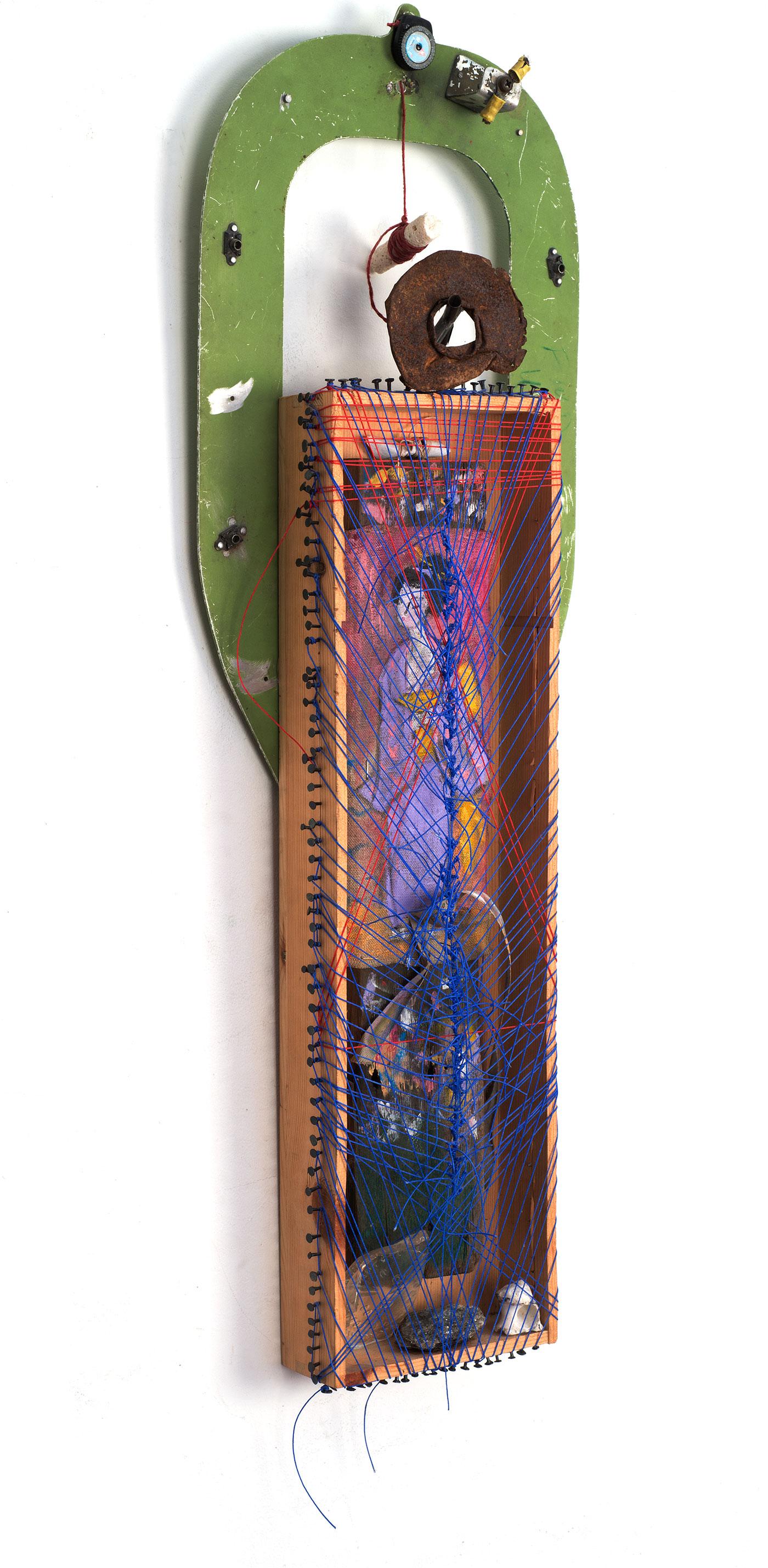 कलाकार लुसी लियू द्वारा विभिन्न सामग्रियों के साथ बनाई गई आयताकार मूर्तिकला।