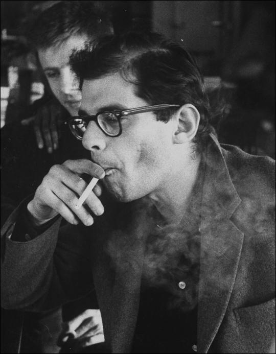Retrato en blanco y negro de Allen Ginsberg fumando