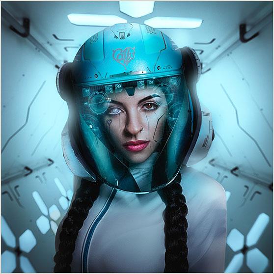 Portrett av kvinne med futuristisk astronaut hjelm