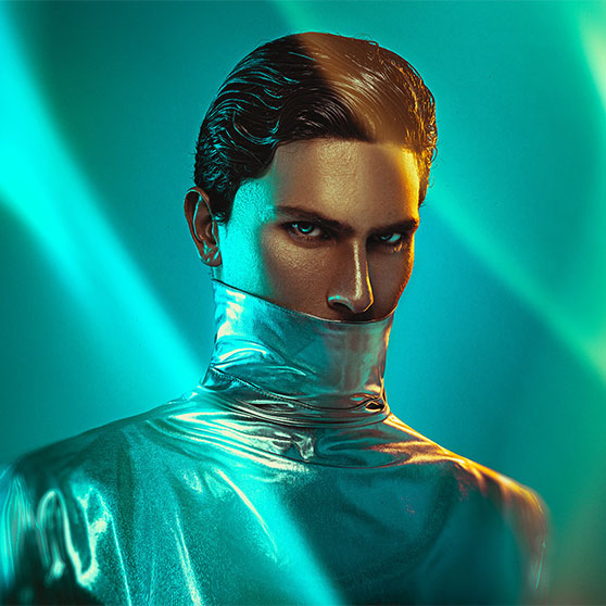 Portrett av mann i metallisk drakt og blått lys