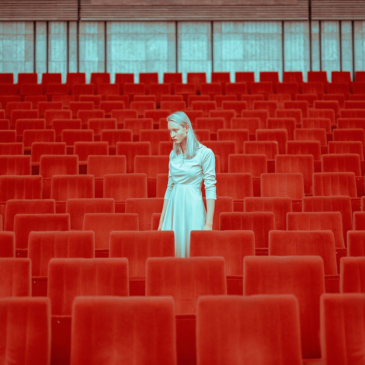 Blu e rosso nella fotografia geometrica di Mária Švarbová