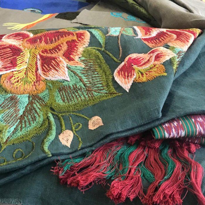 Prendas bordadas diseñadas por Carmen RIón