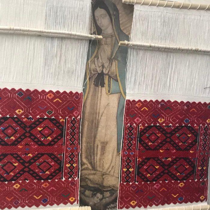 Telares e imagen de la Virgen de Guadalupe del estudio de la diseñadora Carmen Rión.