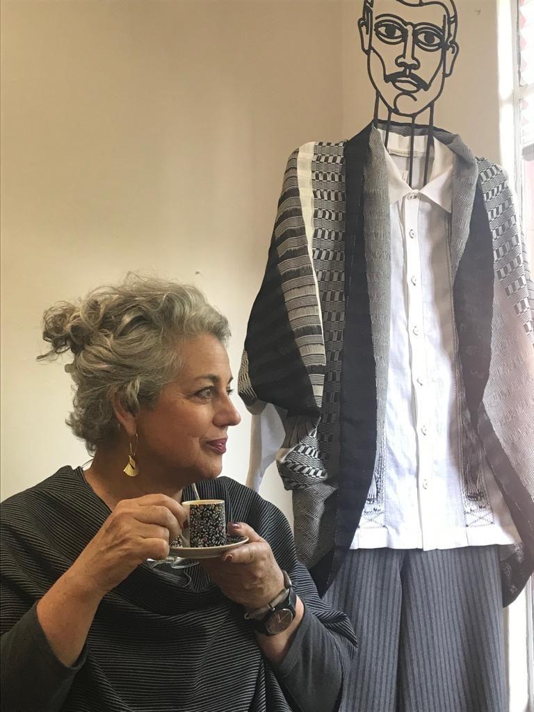 Retrato de la diseñadora Carmen Rión junto a maniquí