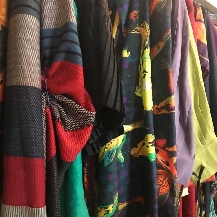 Hilera de prendas diseñadas por Carmen Rión