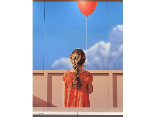 Mehdi Ghadyanloo veggmaleri om jentehåp med en rød ballong