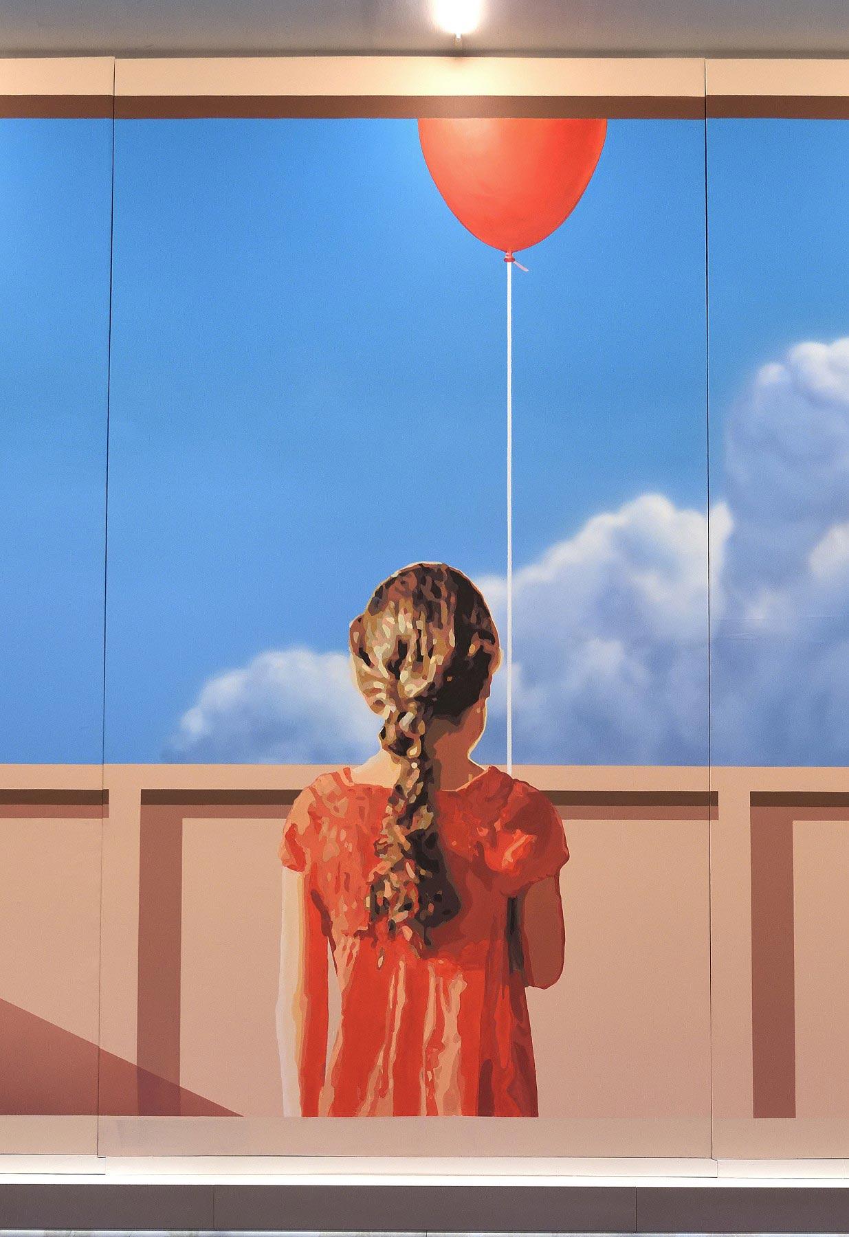 Mural de Mehdi Ghadyanloo sobre la esperanza de niña con vestido rojo