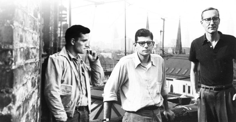 Fotografía en blanco y negro de tres escritores de la generación Beat