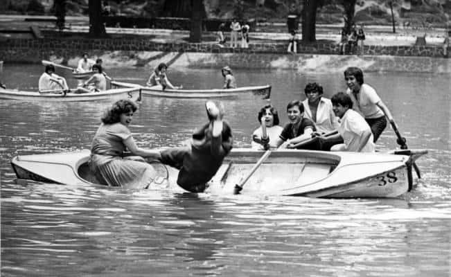 Grupo de escritores de la generación Beat pasean en lanchas en el lago de Chapultepec