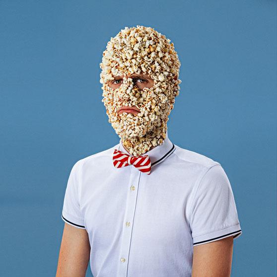 Portrett av mann med popcorn fast i ansiktet hans