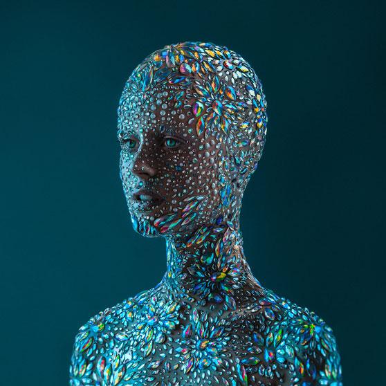 Portrett av person med diamantperler limt til ansikt, nakke og torso