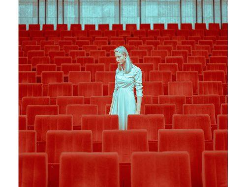 Blå og rød i geometrisk fotografi av Mária Švarbová