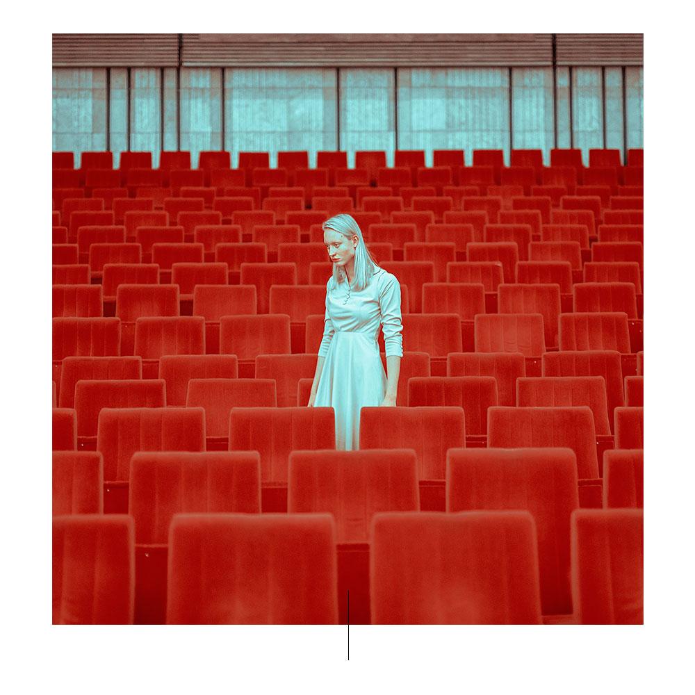 Azul y rojo en la fotografía geométrica de Mária Švarbová