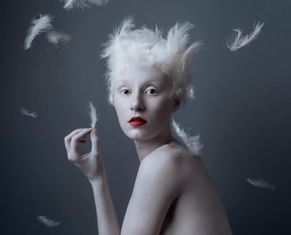 सफेद पंख वाली महिला का चित्रण।