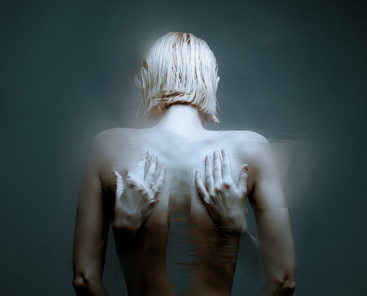 महिला शरीर की रचना खुद को गले लगा लिया।