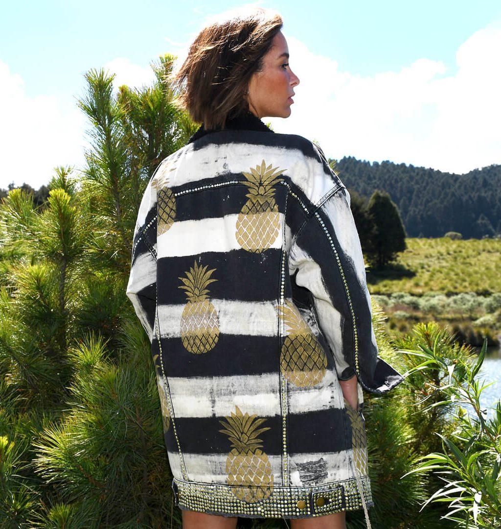 Modell med pelslakkert hvite striper og gule ananas.