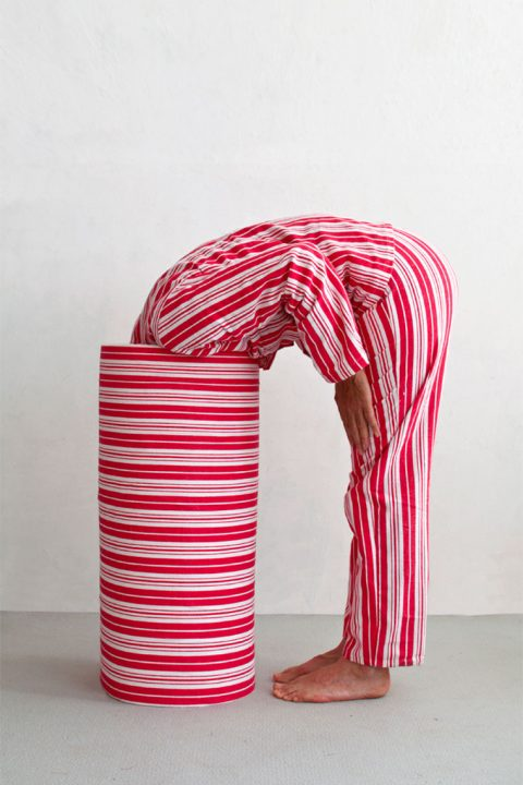 Person i rød og hvit stripet dress.