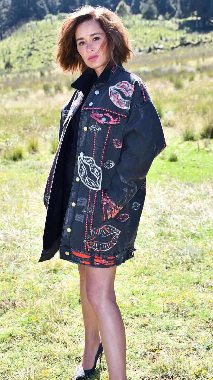 Kvinne i svarte høye hæler og mørk frakk.