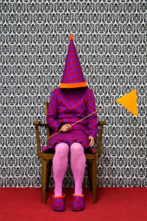 Vrouw in paarse jurk heeft een gele vlag.