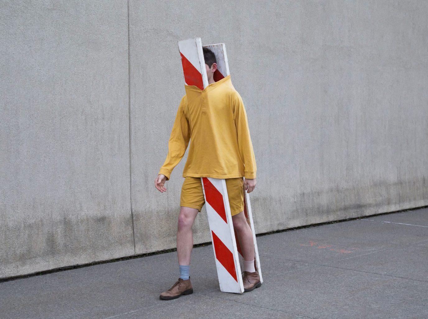 Hombre caminando con señalamientos