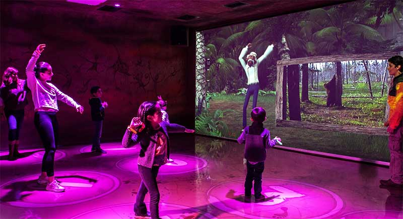 Niños bailando en sala del museo NGUX