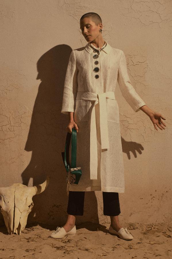modell med hvit kjole