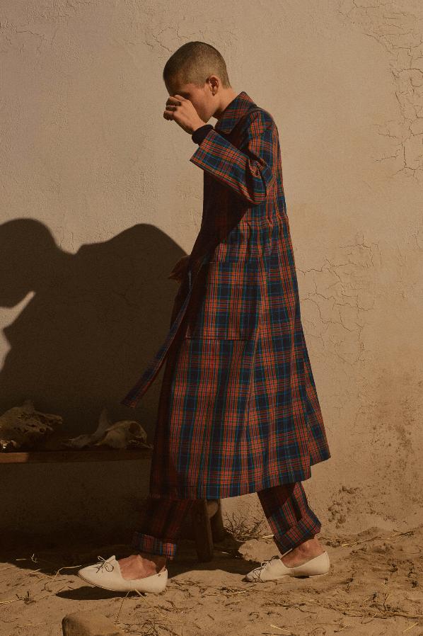 modell med rutete kjole