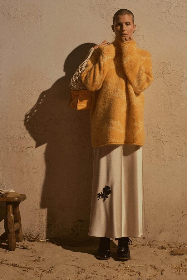 modell med hvit kjole og gul jakke