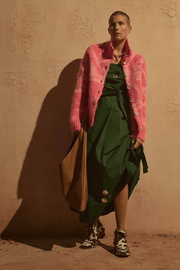 modell med grønn kjole og rosa jakke