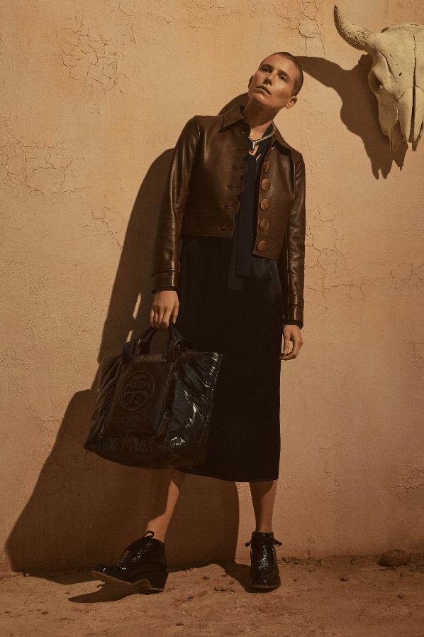 modell med brun jakke og svart kjole