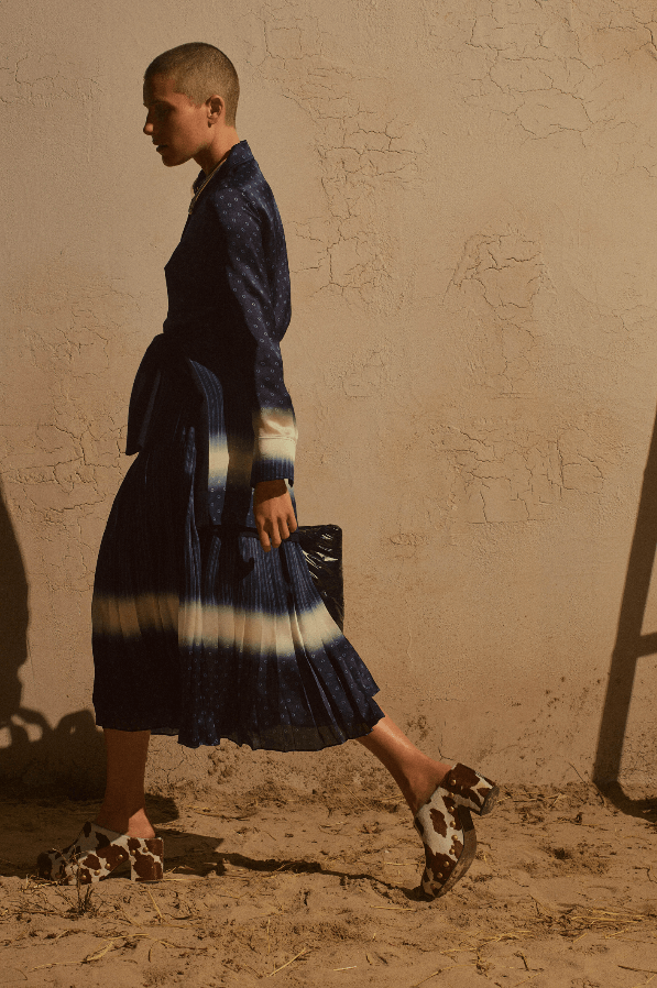 modell marineblå kjole går