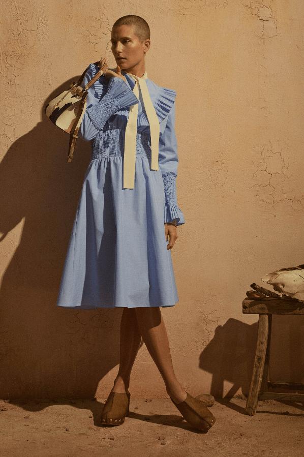 Stopp modell med blå kjole