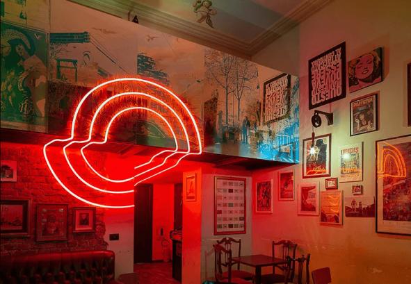 Interiør av Bah Bar med fluorescerende installasjon
