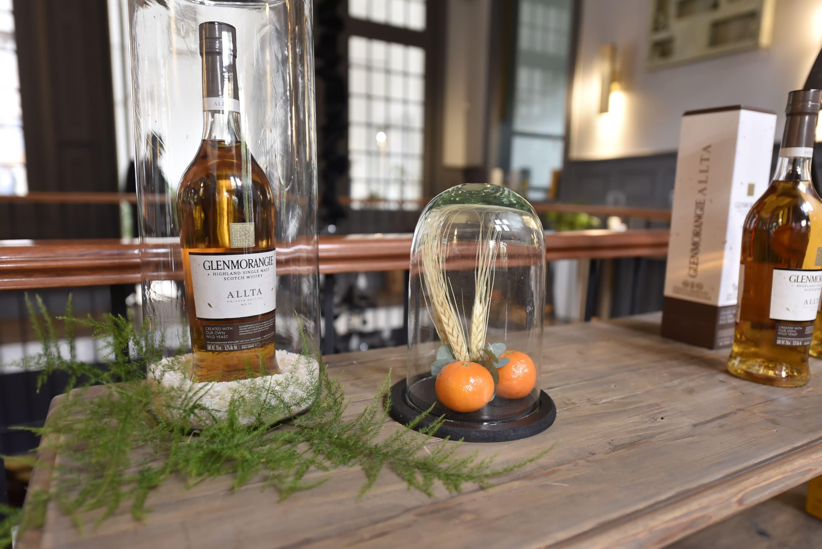 botella de whisky un refractaria con naranjas