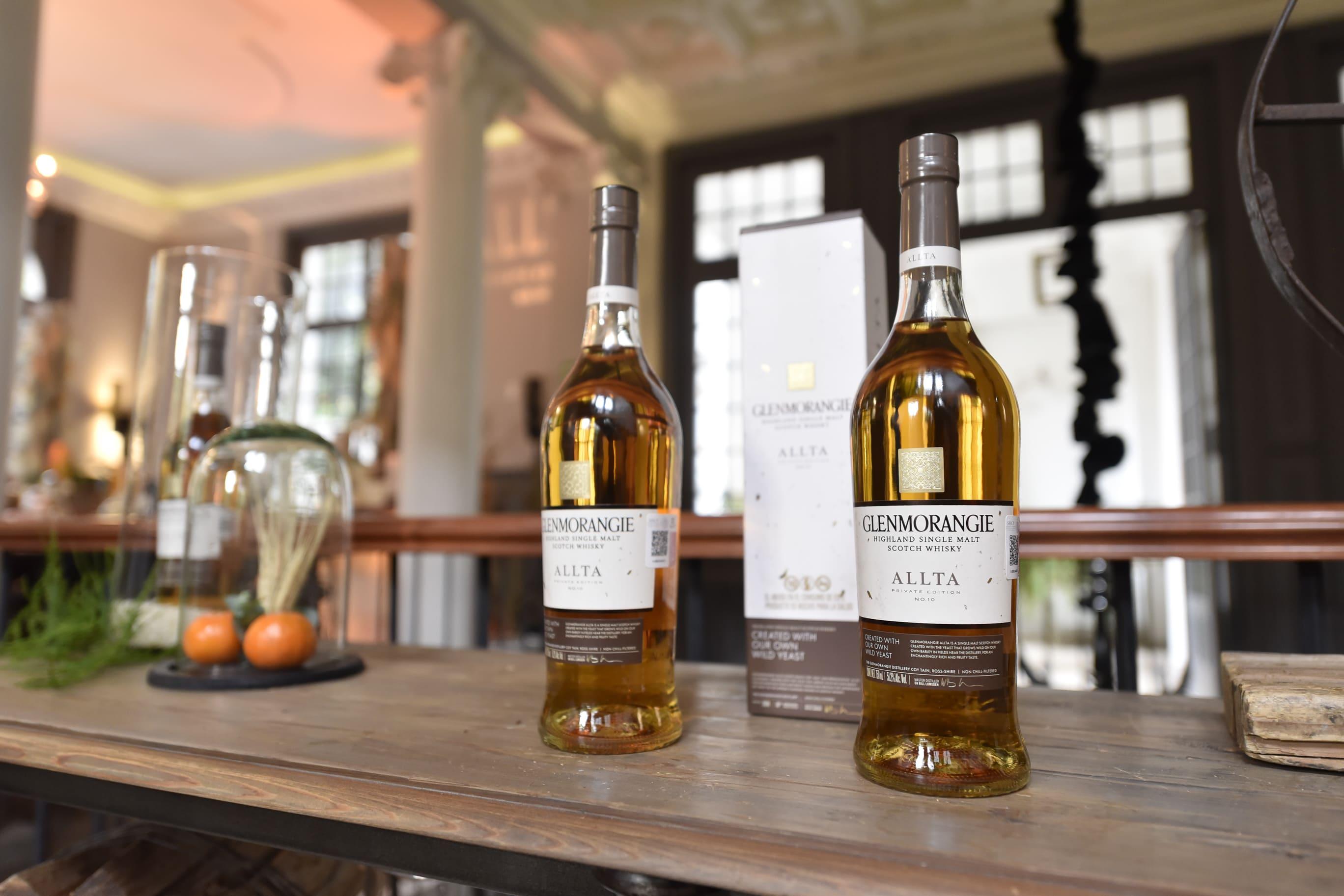 dos botellas del primer whisky elaborado con levadura silvestre