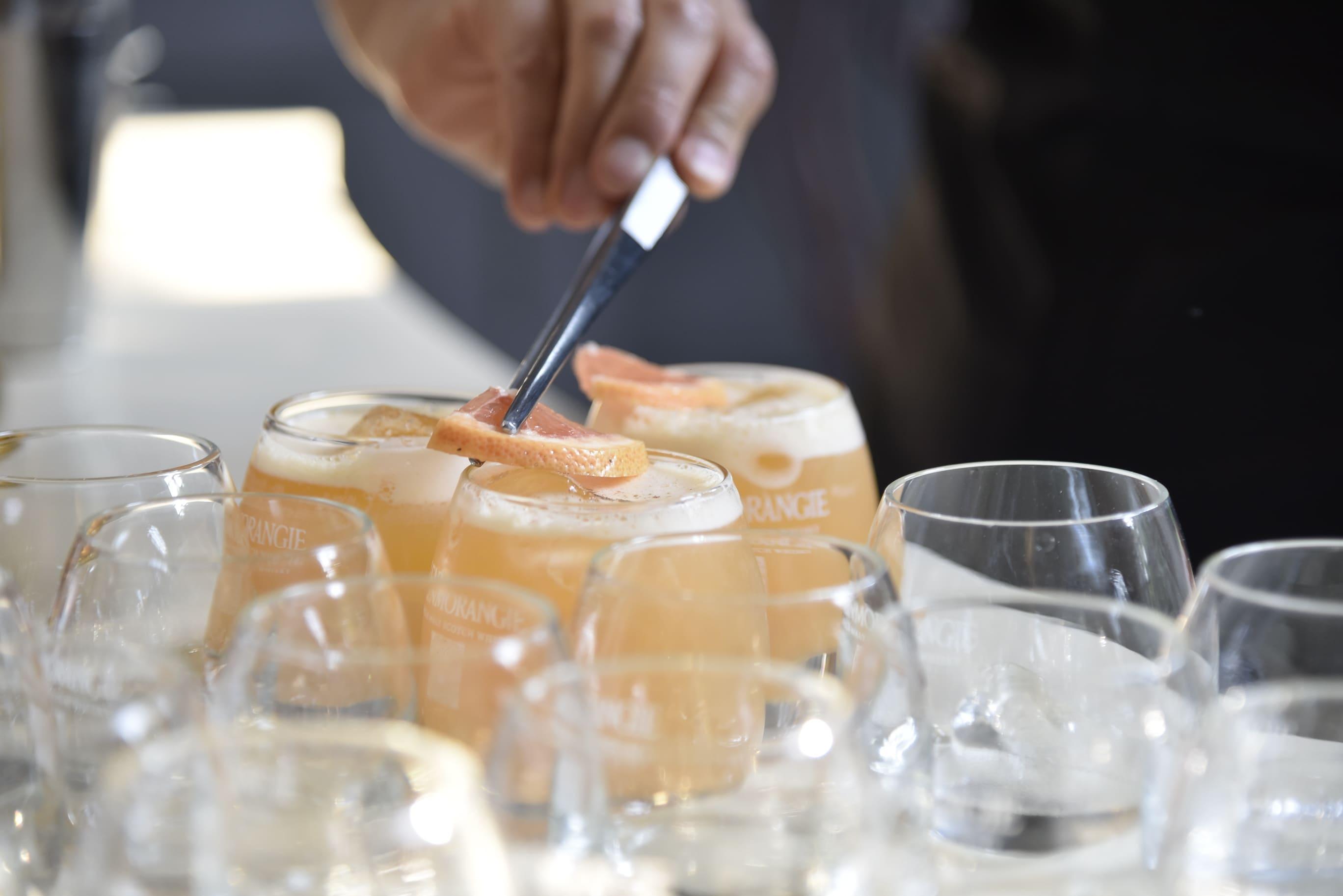 preparación de la copa con whisky
