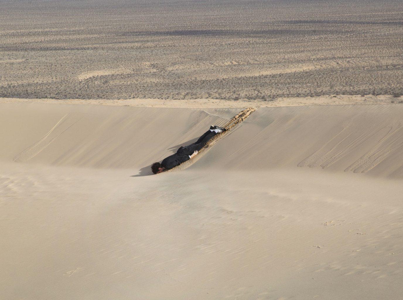 Hombre tirado en el desierto