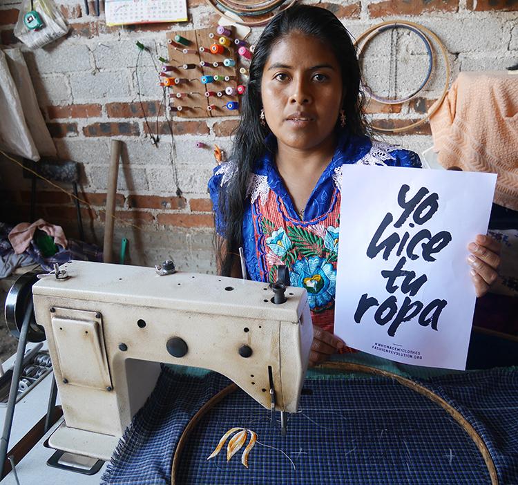 Tekstil kvinne med symaskin