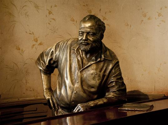 Sculptuur van Ernest Hemingway