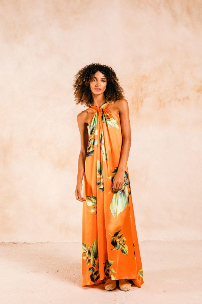 Modelo con vestido naranja de la marcar RECREO