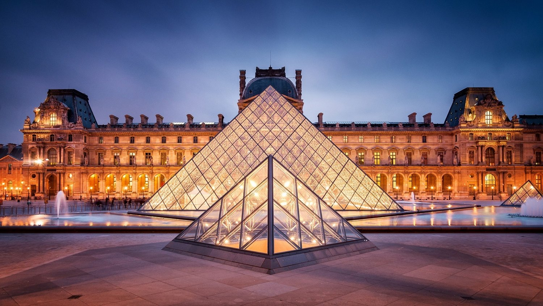 Piramide de entrada al Museo de Louvre
